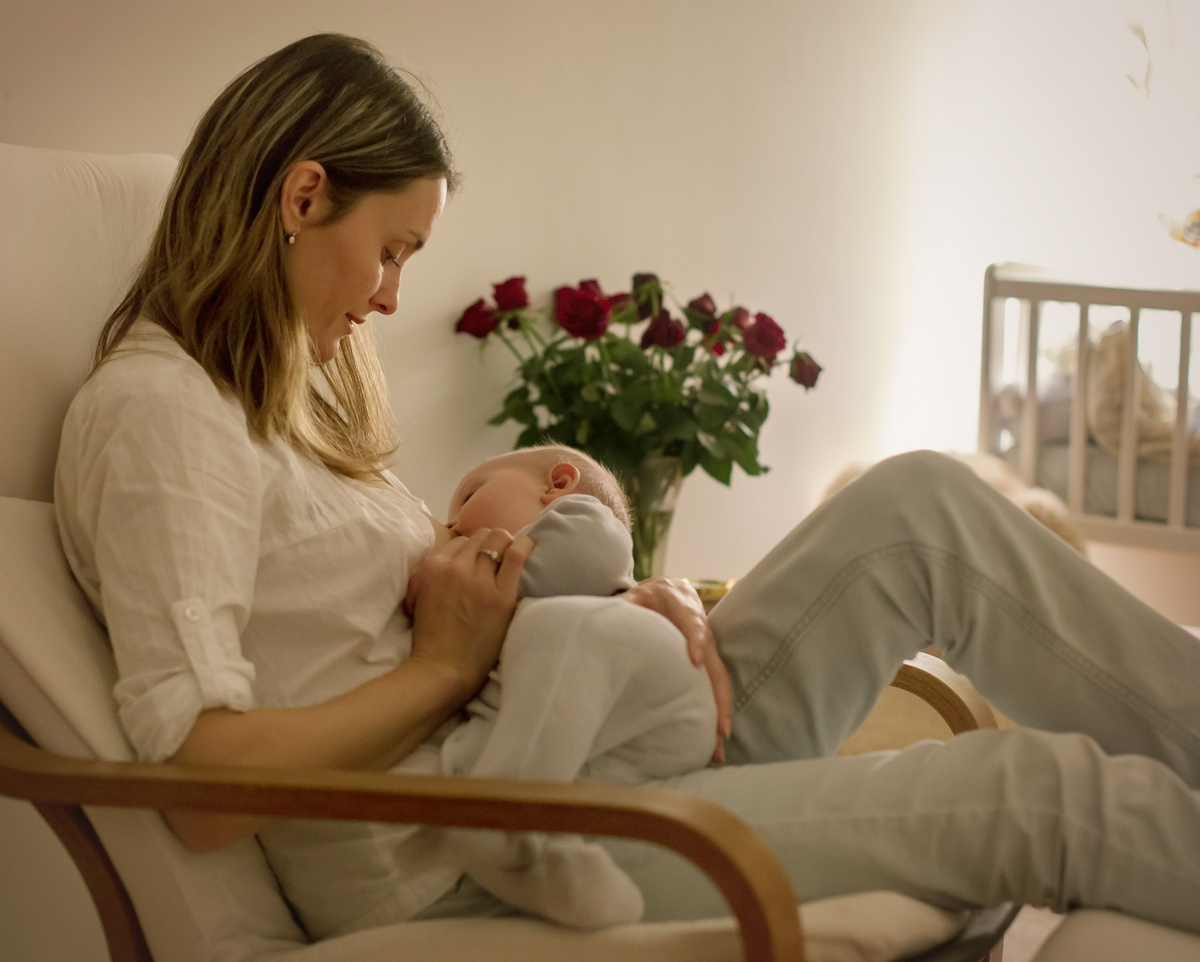 mom dreamfeeding baby