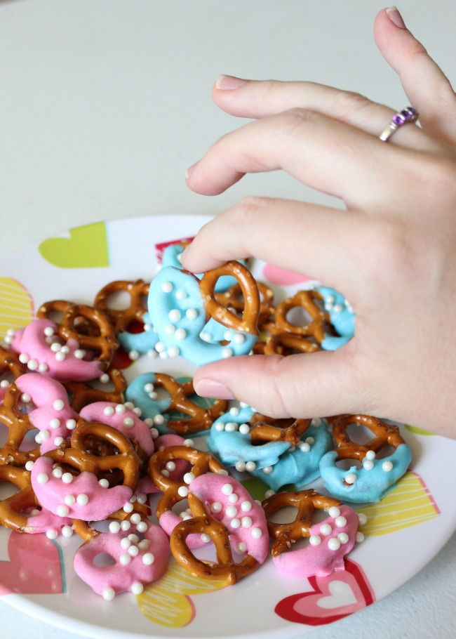 gender reveal pretzel bites