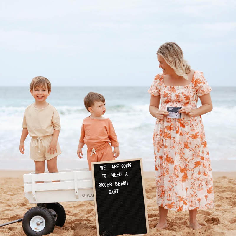 beach pregnancy announcement with siblings